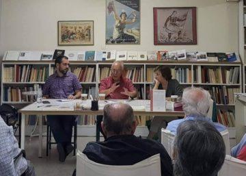 Ο Χρήστος Λούκος στον Μνήμονα, ανάμεσα στην Χριστίνα Αγριαντώνη και τον Σάκη Δημητριάδη, 2019